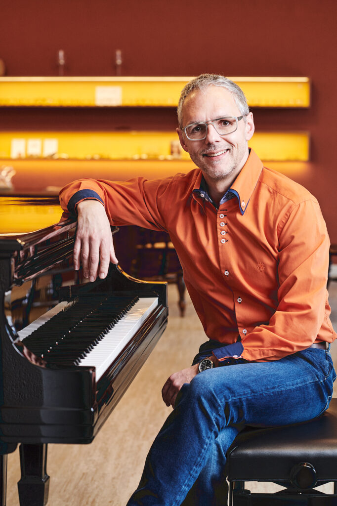Ulrich Nachbauer - Neben Musikbrillen gingst bei uns auch ein Ständchen am Steinway Flügel für Ihren Geburtstag!